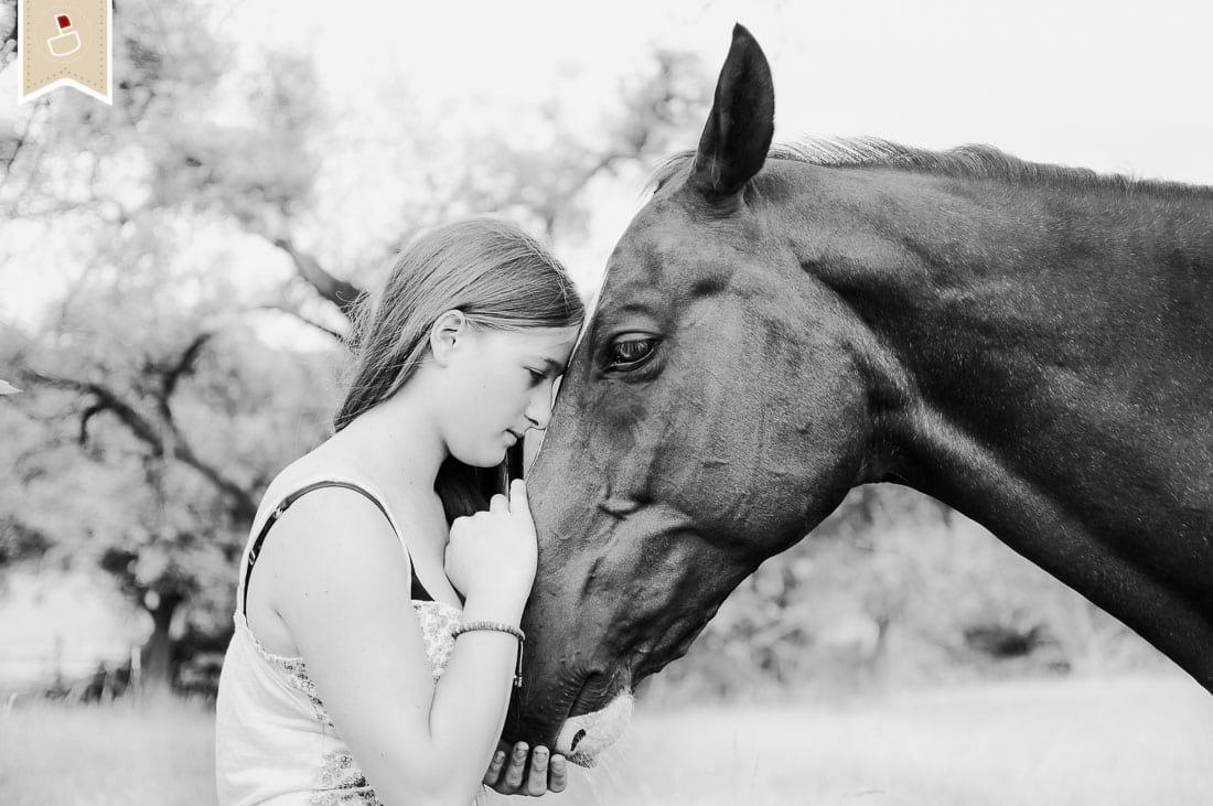 portrait fotografie - mädchen mit pferd, vertrauen in