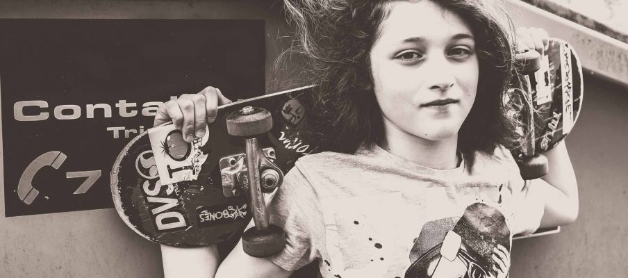 Ein Junge mit Skateboard, bei seinem Fotoshooting in Trier