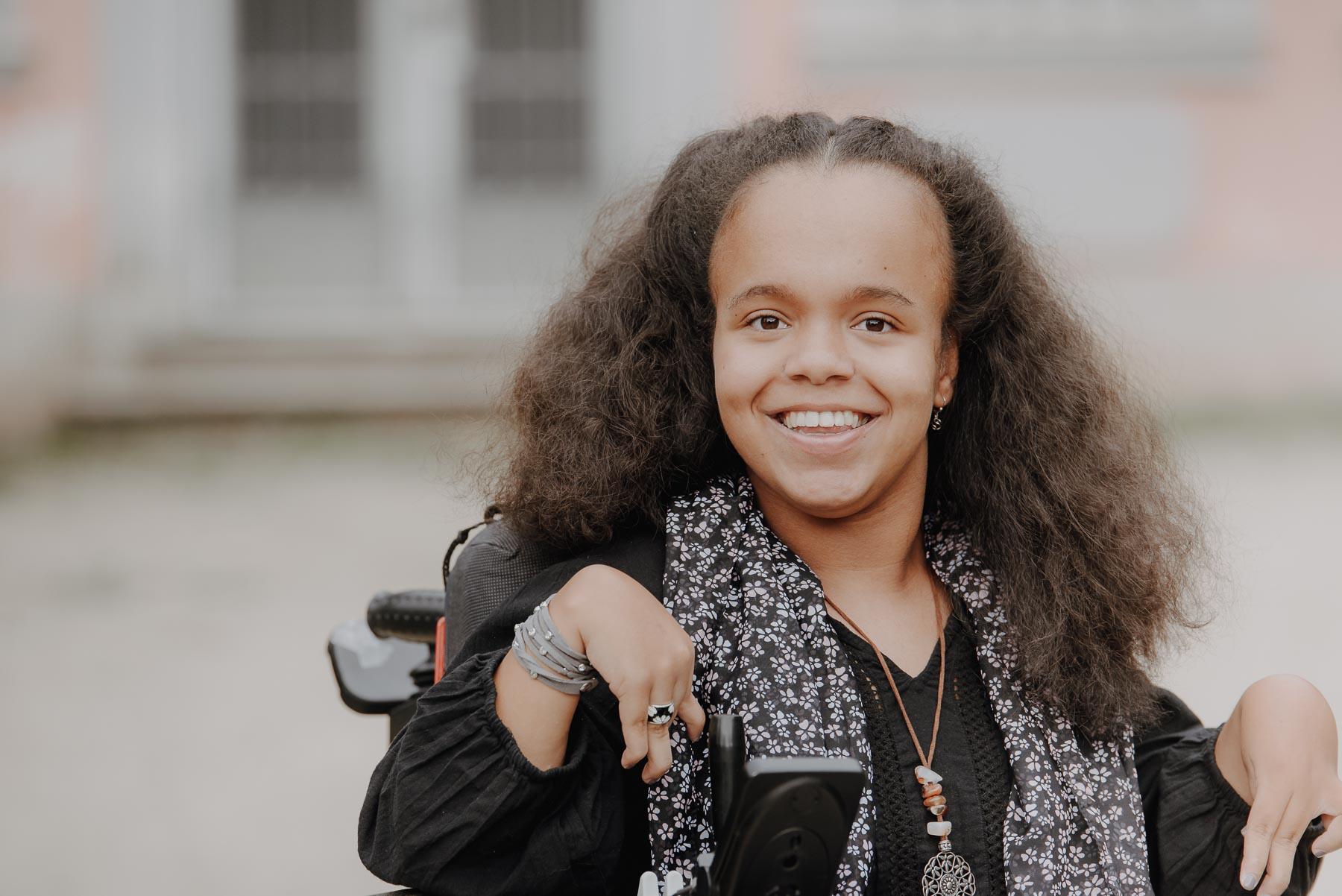 Eine junge Frau lächelt in die Kamera
