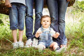 Ein kleiner Junge, vor seiner Familie, beim Sommer Fototermin in Trier