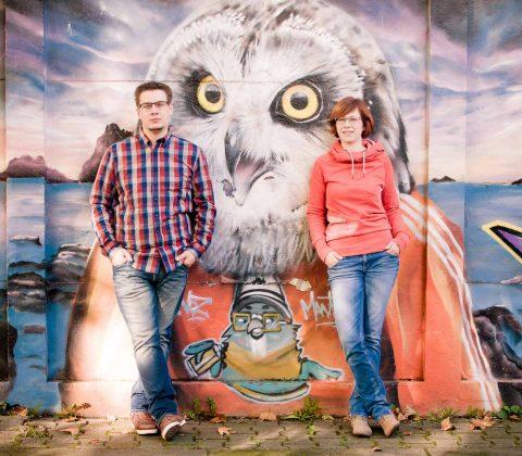 Paar bei Fotoshooting, vor einer Graffiti Wand am Exhaus Trier